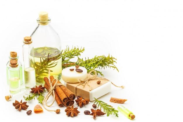 Huiles aromatiques en bouteilles de verre sur une table blanche. soin du corps. mode de vie sain. isolé. Photo Premium