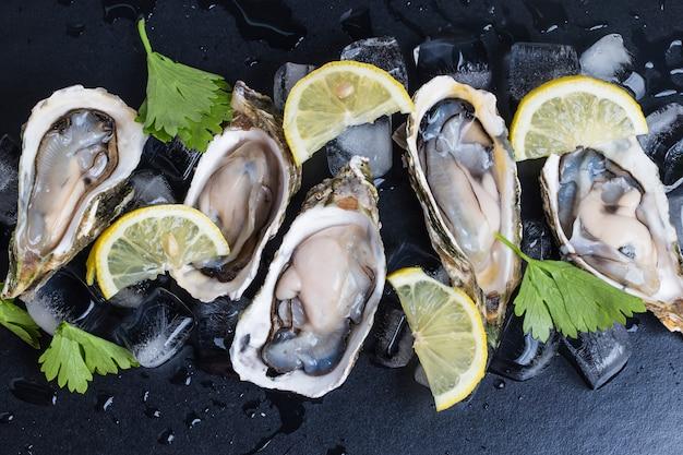 Huîtres sur un fond noir Photo gratuit