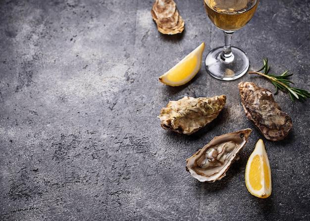 Huîtres fraîches au citron et au vin blanc Photo Premium
