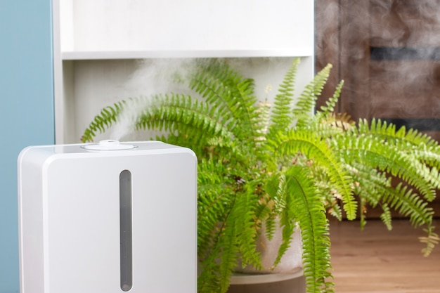 Humidificateur D'air Blanc Pendant Le Travail De L'air Pur Et Vaporise La Vapeur Photo Premium