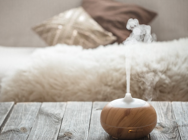 Humidificateur Sur La Table Dans Le Salon. Photo gratuit