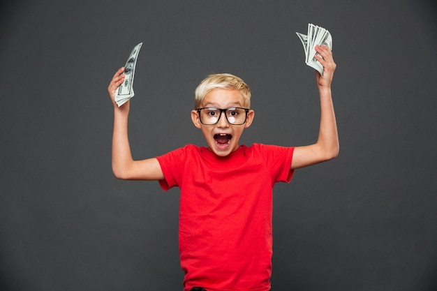 Hurlant Surpris Petit Garçon Enfant Montrant De L'argent. Photo gratuit
