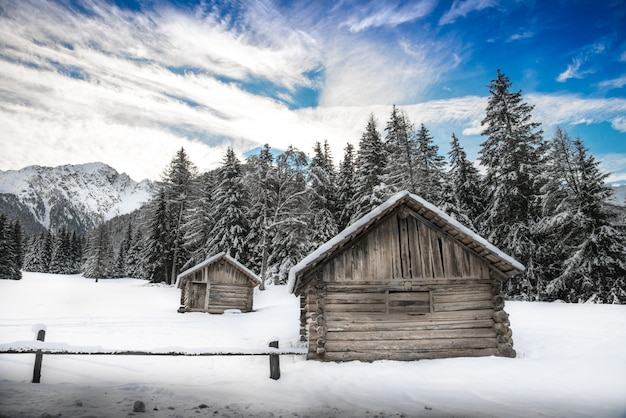 Hut sur panorama d'hiver Photo Premium