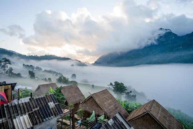 Hutte et montagne de doi luang dans le district de chiang dao de la province de chiang mai, en thaïlande. Photo Premium