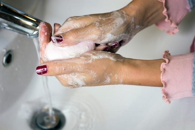 Hygiène. nettoyage des mains. Photo Premium