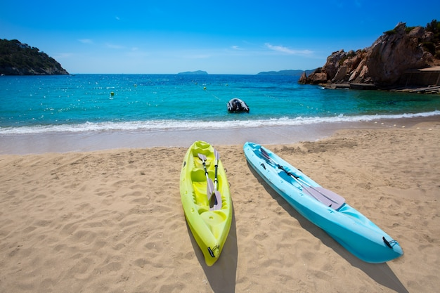 Ibiza cala sant vicent plage avec kayaks san juan Photo Premium