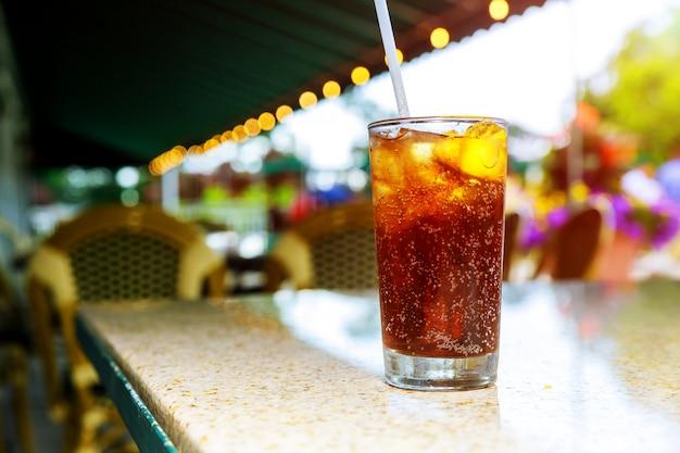 Ice cold cola avec des boissons un citron sur des cocktails un extérieur Photo Premium