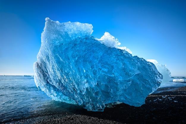 Iceberg bleu dans le lac du glacier jokulsarlon Photo Premium