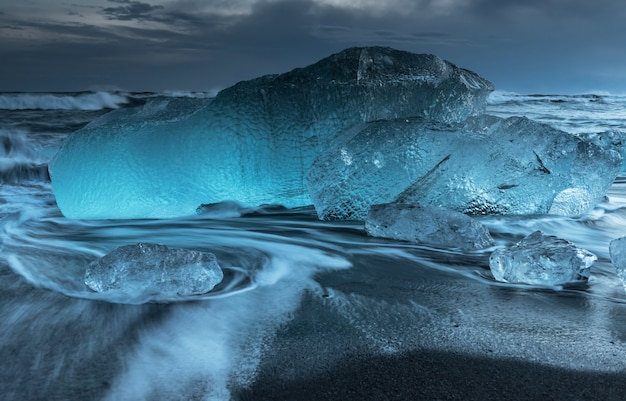 Icebergs à la plage du diamant en islande Photo Premium