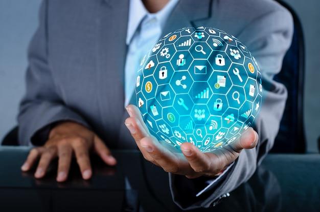 Icon internet world entre les mains d'un homme d'affaires en technologie de réseau et de communication Photo Premium
