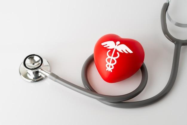 Icône de cœur et stéthoscope, concept médical & santé Photo Premium