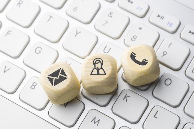 Icône de commerce et commerce électronique sur le bouton du clavier de l'ordinateur Photo Premium