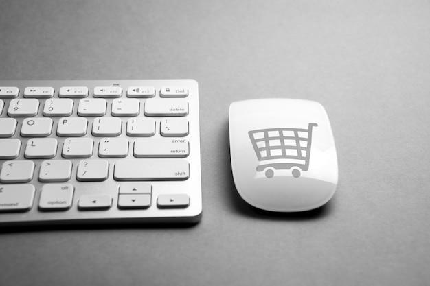 Icône de commerce électronique sur clavier de souris et d'ordinateur Photo Premium