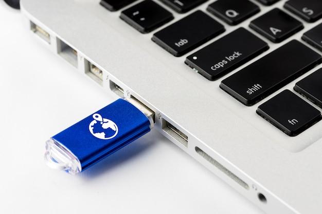 Icône de commerce électronique en ligne sur clé usb Photo Premium