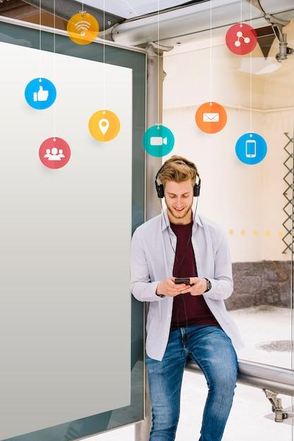 Icône sur l'homme écoute de la musique Photo gratuit
