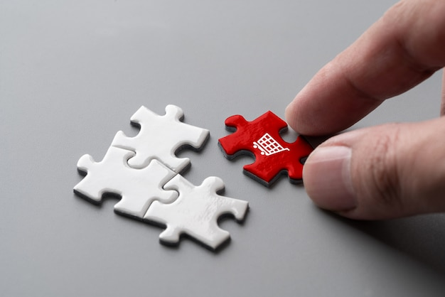 Icône de magasinage en ligne sur un cube de puzzle coloré Photo Premium