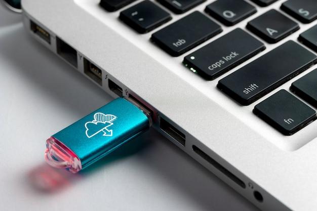 Icône de média social, wifi & internet sur clé usb Photo Premium