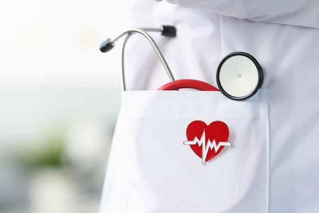 Icône De Stéthoscope Et Coeur Se Trouvent Dans La Blouse Blanche Du Médecin. Concept De Consultation Cardiologue Photo Premium