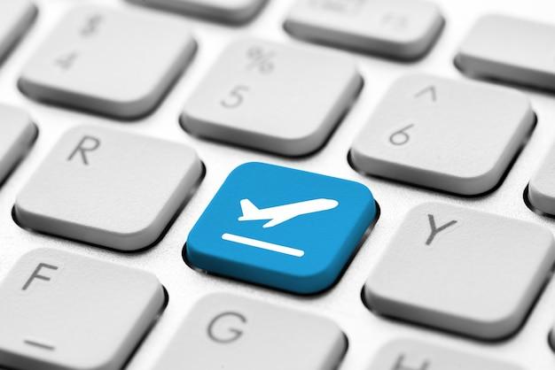 Icône de voyage sur le clavier de l'ordinateur pour le concept de réservation en ligne Photo Premium