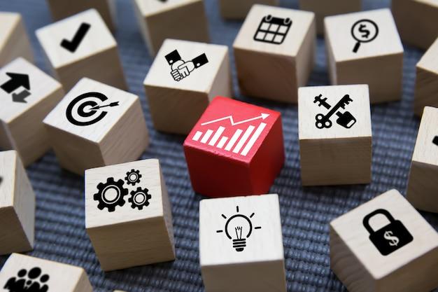 Icônes d'affaires sur la forme de cube en bois. Photo Premium
