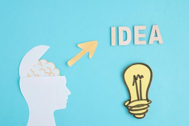Idée ampoule à tête de cerveau ouverte sur fond bleu Photo gratuit