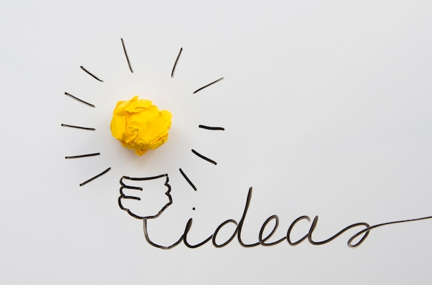 Idée créative concept et innovation avec boule de papier comme une ampoule Photo gratuit