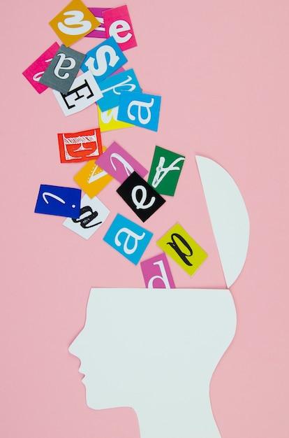 Idée métaphorique avec tête et lettres Photo gratuit