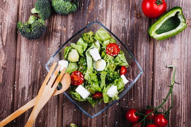 Idées déjeuner ou dîner salade fraîche de verdure, avocat, poivron vert, tomates cerises Photo gratuit