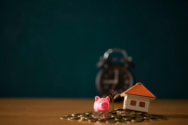 Idées pour économiser de l'argent dans les maisons, idées financières et financières, économiser de l'argent pour préparer l'avenir, développer des pièces de monnaie Photo Premium