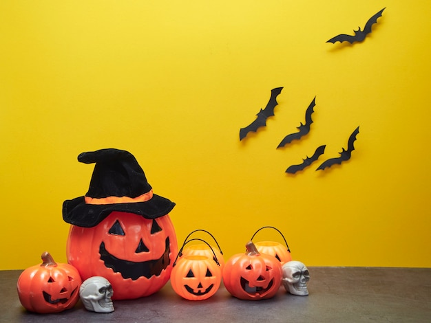 Idées de vacances d'halloween, décorations de citrouilles et chauves-souris noires. Photo Premium