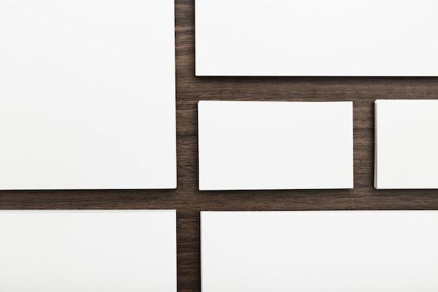 Identité de marque, cartes de visite sur un fond en bois brun foncé Photo Premium