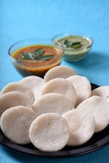 Idli Avec Sambar Et Chutney De Noix De Coco Sur Fond Bleu, Plat Indien Photo Premium