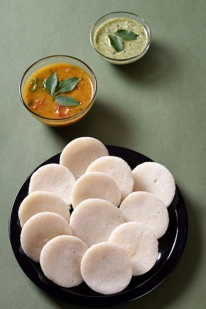 Idli Avec Sambar Et Chutney De Noix De Coco, Plat Indien Photo Premium
