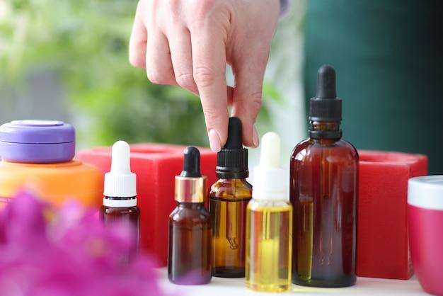 Il Existe Des Huiles Aromatiques Pour Le Massage Sur Table. Concept D'huiles Essentielles Photo Premium