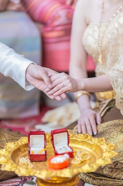 Il a mis la bague de mariage sur elle lors de la cérémonie de mariage Photo Premium