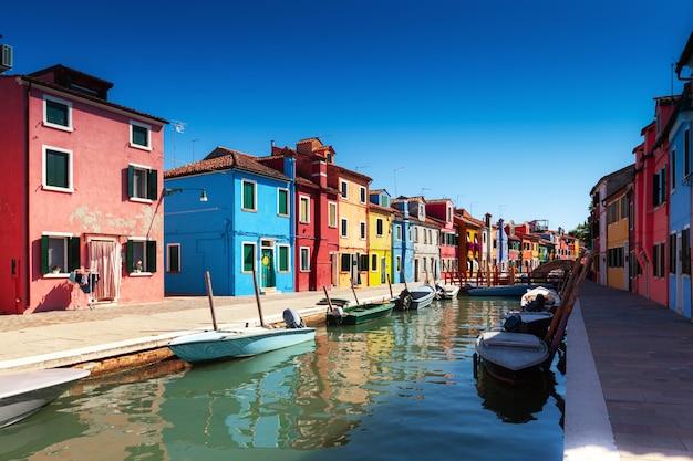 Île de burano avec ses maisons colorées Photo Premium