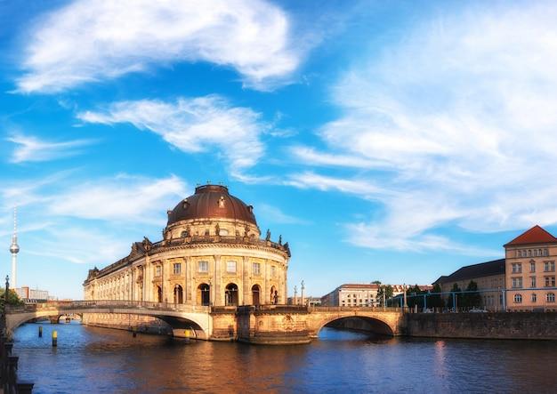 Île musée à berlin sur la spree avec des nuages Photo Premium