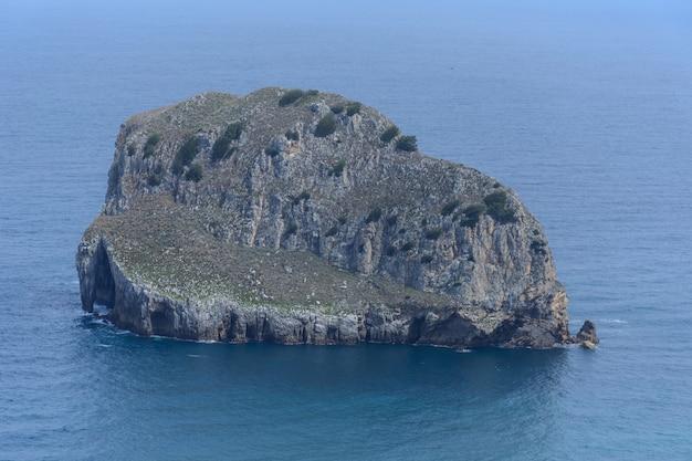 Île rocheuse et eaux calmes Photo Premium