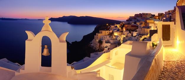 Île de santorin, village d'oia dans la soirée, image panoramique Photo Premium