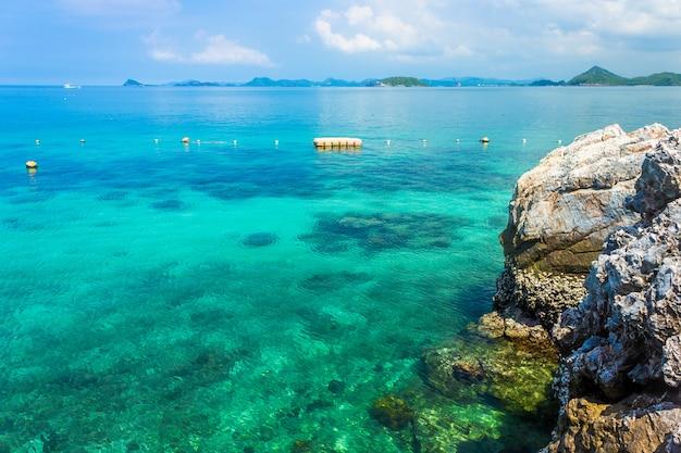 Île tropicale rock sur la plage avec un ciel bleu. Photo Premium