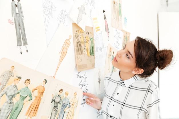 Illustrateur De Mode Happy Lady Debout Près De Beaucoup D'illustrations Photo gratuit