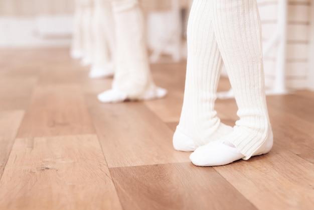 Ils sont vêtus de collants blancs et de chaussures de ballet. Photo Premium