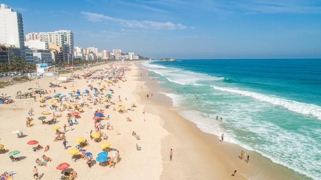 Image Aérienne De La Plage D'ipanema à Rio De Janeiro. 4k. Photo Premium