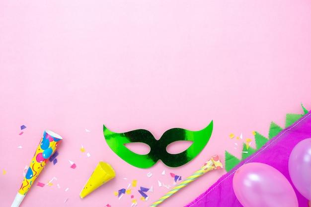Image aérienne vue de dessus de table de la belle saison de carnaval coloré. Photo Premium