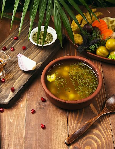 Une Image D'un Bol De Soupe Au Poulet Traditionnelle Servie Dans Un Bol Photo gratuit