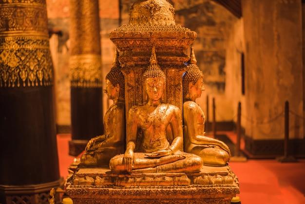 Image de bouddha dorée dans wat phumin à nan, thaïlande Photo Premium