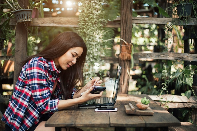 Image candide d'une jeune femme à l'aide d'une tablette dans un café Photo Premium