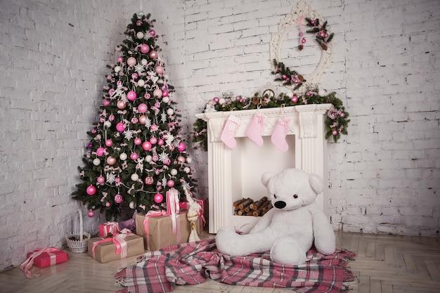 Image de cheminée et arbre de noël décoré avec un cadeau Photo Premium