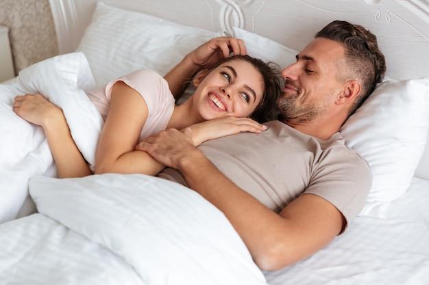 Image De Couple D'amoureux Heureux Couché Ensemble Sur Le Lit à La Maison Photo gratuit