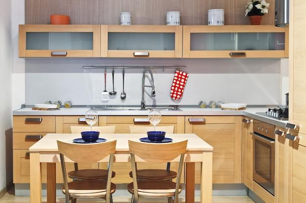 Image De Cuisine En Bois Moderne Avec Table Et Chaise Photo Premium